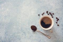 Чашка черного кофе, кофейных зерен и старой ложки Стоковые Изображения