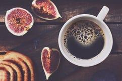 Чашка черного кофе на деревянном подносе Стоковые Изображения RF