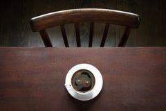 Чашка черного кофе на работая деревянном столе Винтажный стиль и взгляд сверху помадка чашки круасанта кофе пролома предпосылки Р Стоковое Изображение