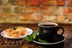 Чашка черного кофе с изысканными печеньями и мятой Стоковые Фото