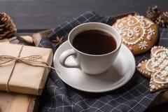 Чашка черного кофе с печеньями пряника рождества Стоковое Фото