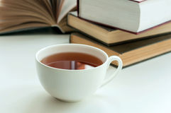 Чашка черного чая и некоторых книг, который нужно прочитать Стоковое фото RF