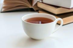 Чашка черного чая и некоторых книг Стоковые Изображения