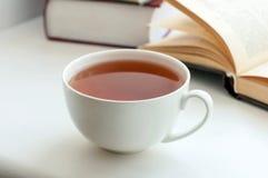 Чашка черного чая и некоторых книг Стоковое Изображение