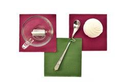 Чашка черного чая с зефирами и печеньями ложки на покрашенных бумажных салфетках Стоковое Изображение RF