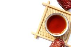 Чашка черного чая с красными датами Стоковое фото RF