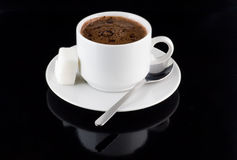 Чашка шоколада, сахара, на черной предпосылке стоковые фотографии rf
