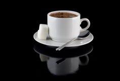 Чашка шоколада, сахара, на черной предпосылке стоковые изображения