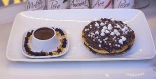 Чашка шоколада и бриошей стоковое фото rf