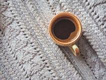 Чашка эспрессо в свитере зимы Концепция домашних комфорта, уюта и тепла Стоковые Изображения