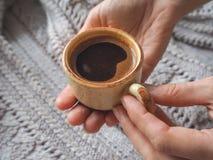 Чашка эспрессо в свитере зимы Концепция домашних комфорта, уюта и тепла Стоковые Фото