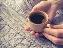 Чашка эспрессо в свитере зимы Концепция домашних комфорта, уюта и тепла Стоковое фото RF