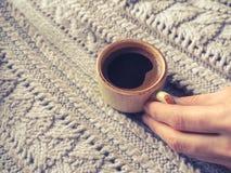Чашка эспрессо в свитере зимы Концепция домашних комфорта, уюта и тепла Стоковое Изображение