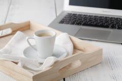 Чашка эспрессо или кофе отдыхая на белом подносе сервировки Стоковое Изображение