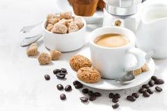 Чашка эспрессо и печений на белой таблице Стоковое Изображение RF