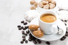 Чашка эспрессо и сладостных печений на белой таблице Стоковое Изображение