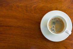 Чашка эспрессо на деревянной таблице Стоковое Изображение RF