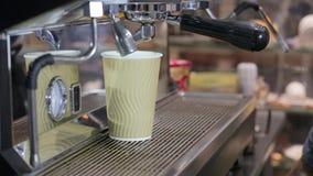 Чашка эспрессо процесса принятия кофе и бармен машины кофе делают эспрессо утра сток-видео