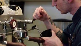 Чашка эспрессо процесса принятия кофе и бармен машины кофе делают эспрессо утра акции видеоматериалы