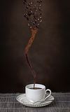 Чашка эспрессо с вихрем кофейных зерен Стоковые Изображения