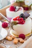 Чашка эспрессо с помадкой испечет с ягодами на таблице стоковое фото rf