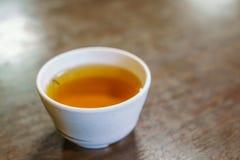 Чашка японского чая на деревянном столе Стоковое Изображение RF