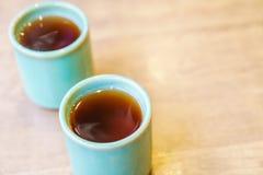 Чашка японского чая на деревянном столе Стоковые Фотографии RF