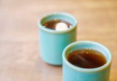Чашка японского чая на деревянном столе Стоковая Фотография