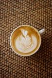 Чашка café Latté на таблице стоковая фотография rf