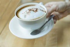 Чашка cappuchino в руке Стоковая Фотография