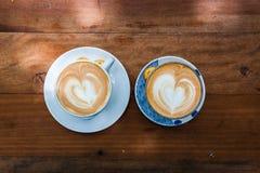 Чашка cappucino и печенья на деревянной предпосылке Стоковые Фотографии RF