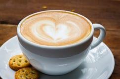 Чашка cappucino и печенья на деревянной предпосылке Стоковые Изображения