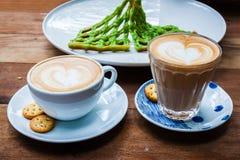 Чашка cappucino и печенья на деревянной предпосылке Стоковое Изображение