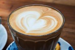 Чашка cappucino и печенья на деревянной предпосылке Стоковая Фотография RF