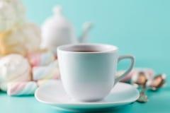 Чашка Cofe и пастель кучи сладостная покрасили marshmall Стоковые Изображения