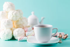 Чашка Cofe и пастель кучи сладостная покрасили marshmall Стоковое Изображение RF