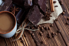 Чашка cofee с молоком темный шоколад с ани циннамона и звезды Стоковая Фотография