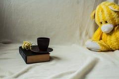 Чашка coffe на книге с подняла Стоковое Изображение RF