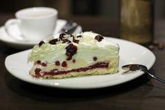 Чашка coffe с тортом и фасолями стоковые изображения