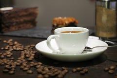 Чашка coffe с тортом и фасолями стоковые фотографии rf