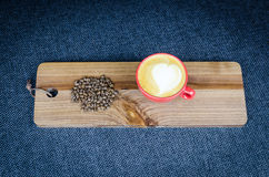 Чашка Coffe с фасолями на деревянной плите Стоковое Фото