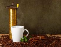 Чашка cooffee с старомодным точильщиком Стоковые Изображения RF