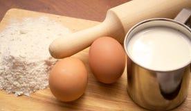 чашка eggs молоко 2 муки Стоковые Фотографии RF