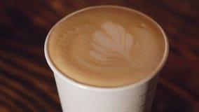 Чашка latte с влиянием молока сток-видео