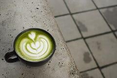 Чашка latte matcha зеленого чая стоковая фотография
