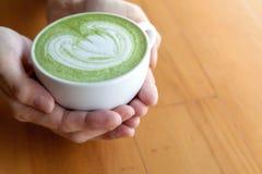 Чашка latte matcha зеленого чая Стоковое Фото