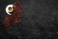 Чашка milky кофе на черном космосе экземпляра взгляда столешницы польза кофе предпосылки готовая Стоковое фото RF
