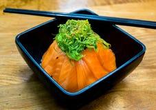 Чашка salmon суш и зеленой морской водоросли на верхней части Стоковое фото RF
