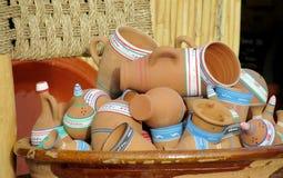 Чашки, баки и шары глины на рынке сувенира Стоковая Фотография RF