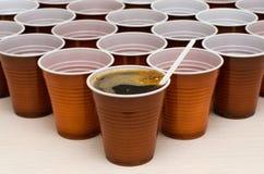 Чашки Брауна пластиковые стоковые фотографии rf